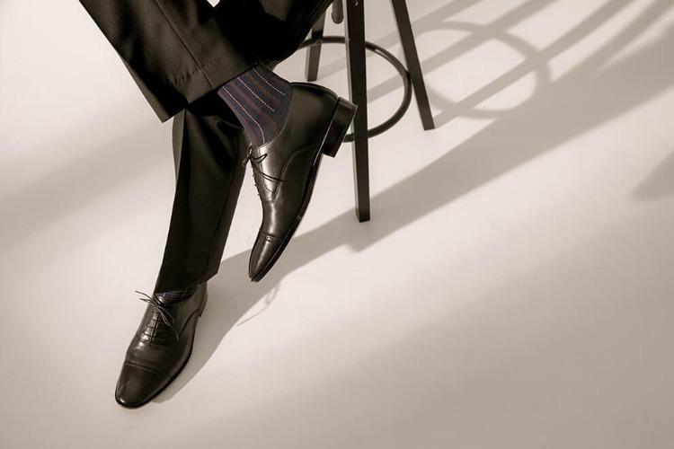 黑色褲子與黑色牛津鞋搭配藍色條紋除臭襪