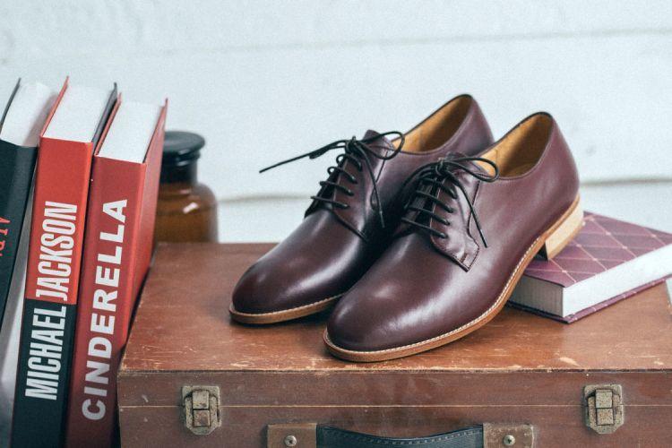 布呂歇爾皮底鞋勃艮第酒紅色墊著書放在木箱上