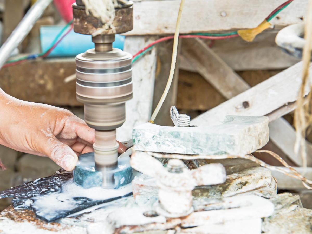 從原礦到玉鐲,大多需經過五步驟:選料、切刻、打磨、拋光、上蠟。