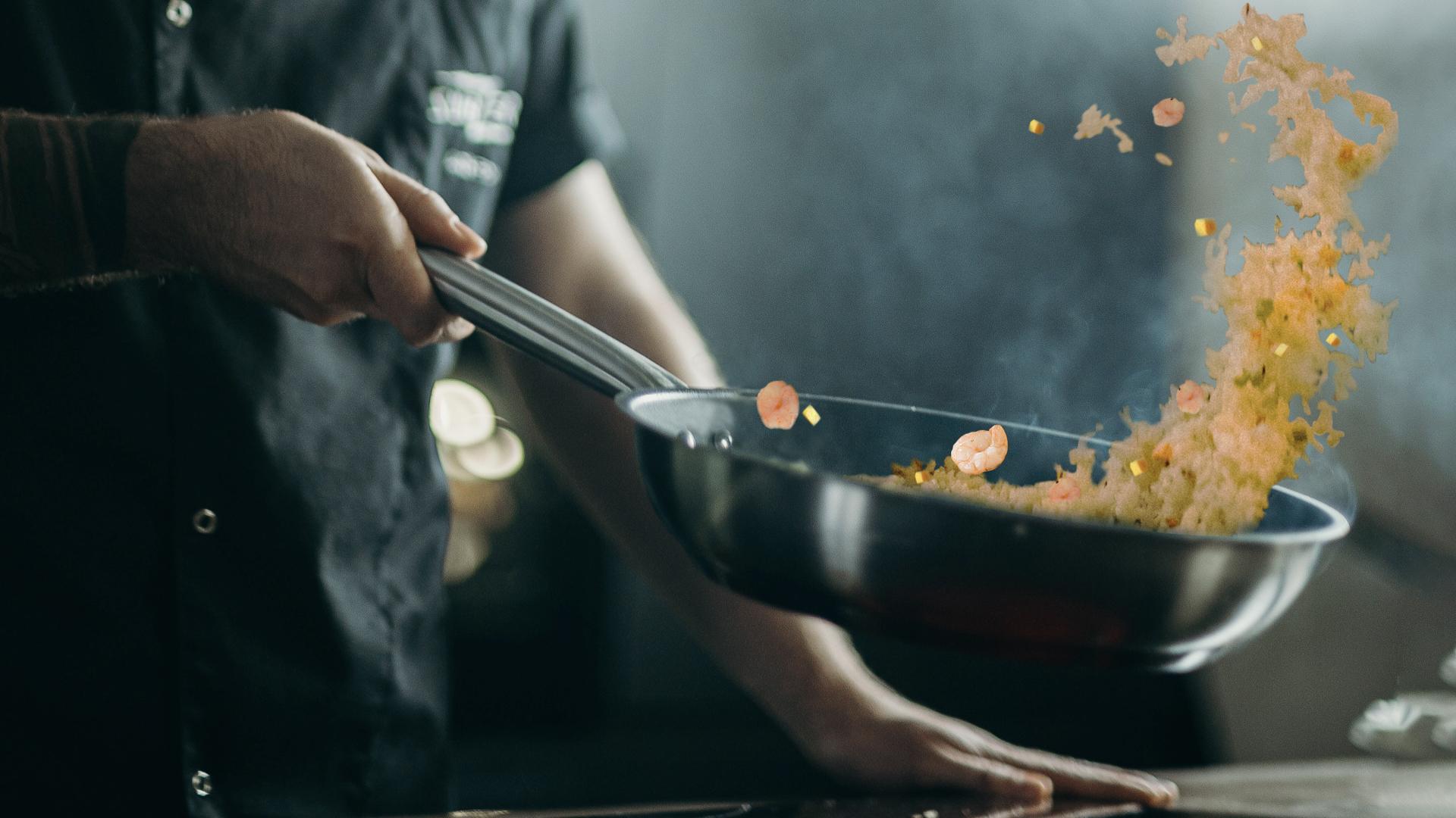 廚師在製作鳳梨蝦仁炒飯