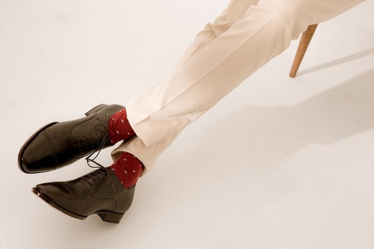 紅色襪子與白色西裝與黑色牛津鞋