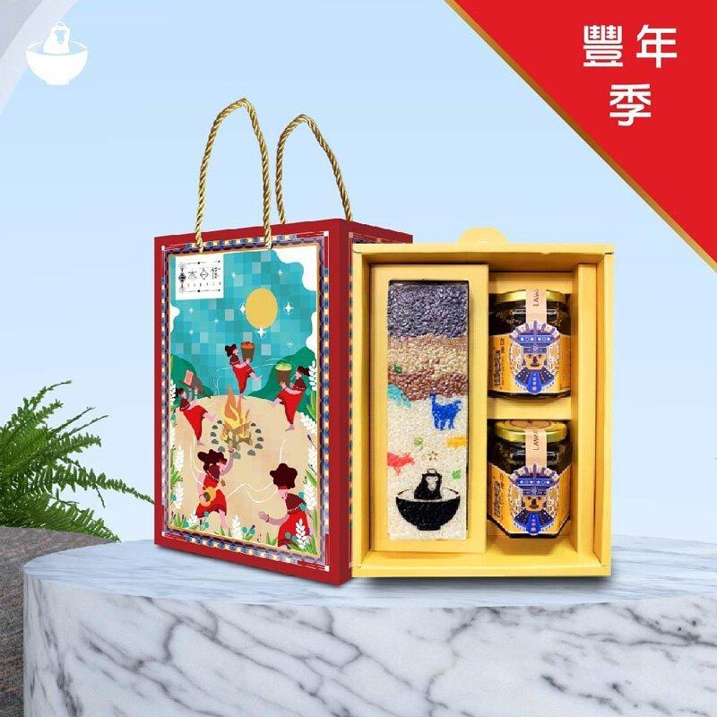 紅色的獼米豐年季禮盒,外表為原住民的卡通圖樣,禮盒內含五鑽米、麻油薑、馬告辣椒