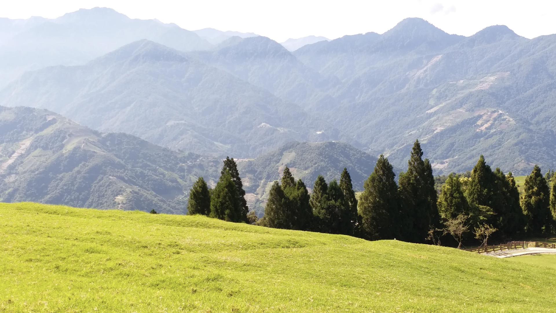 台東清幽風景,一片草原,後面群山環繞