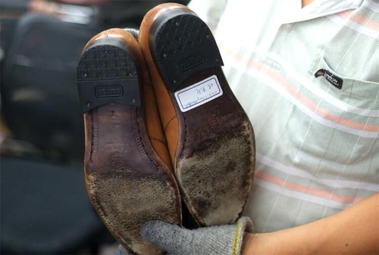 已經完成鞋跟更換的皮鞋
