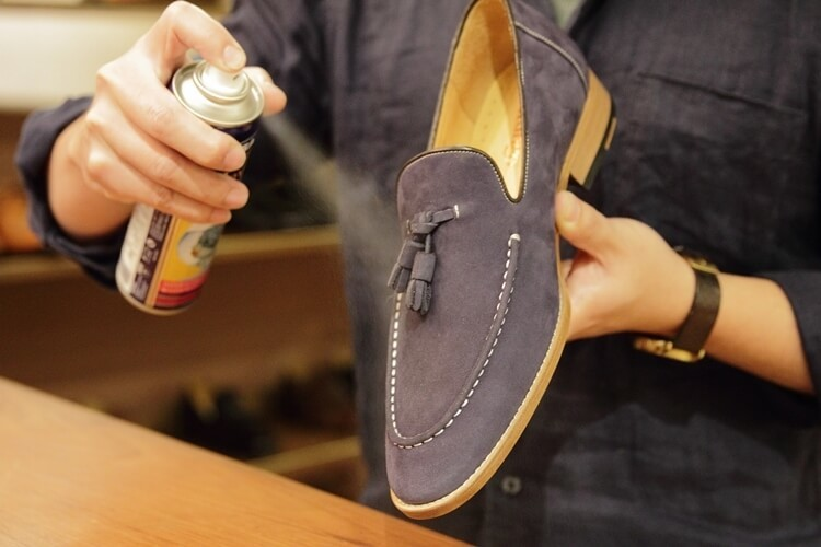 麂皮樂福鞋均勻的噴上防水防污噴霧