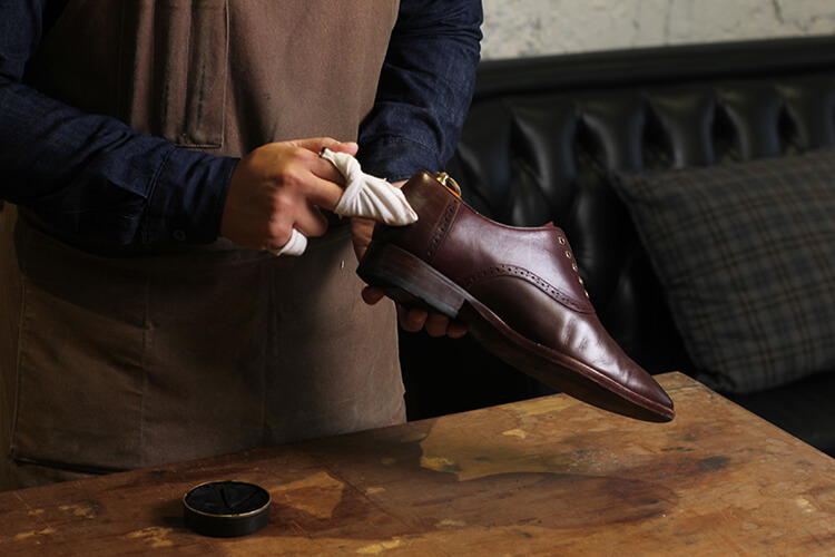 使用擦鞋布擦拭皮鞋