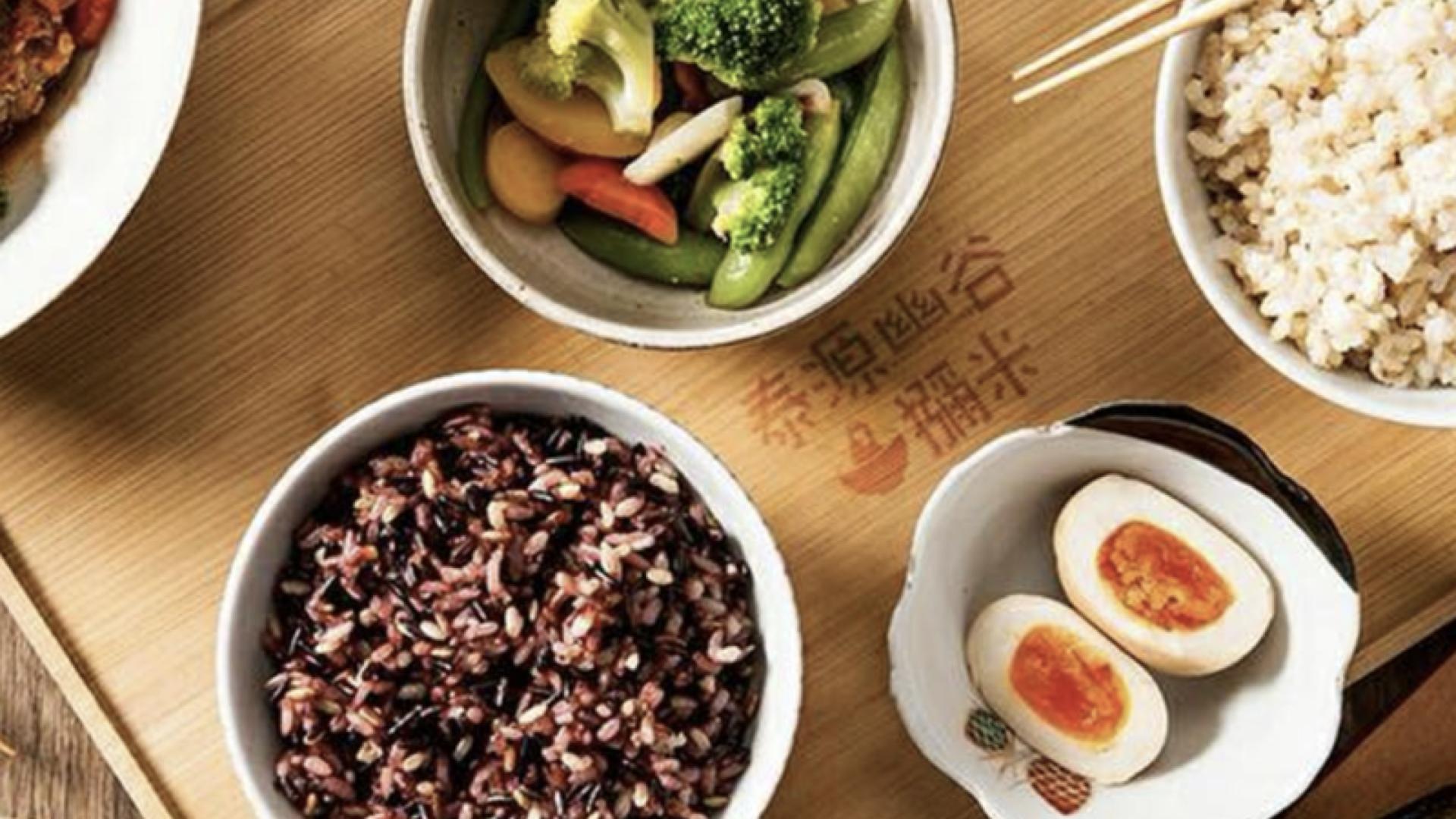一碗獼米的能量五鑽米的飯、一盤花椰菜跟一顆溏心蛋放在印有獼米LOGO的餐盤上