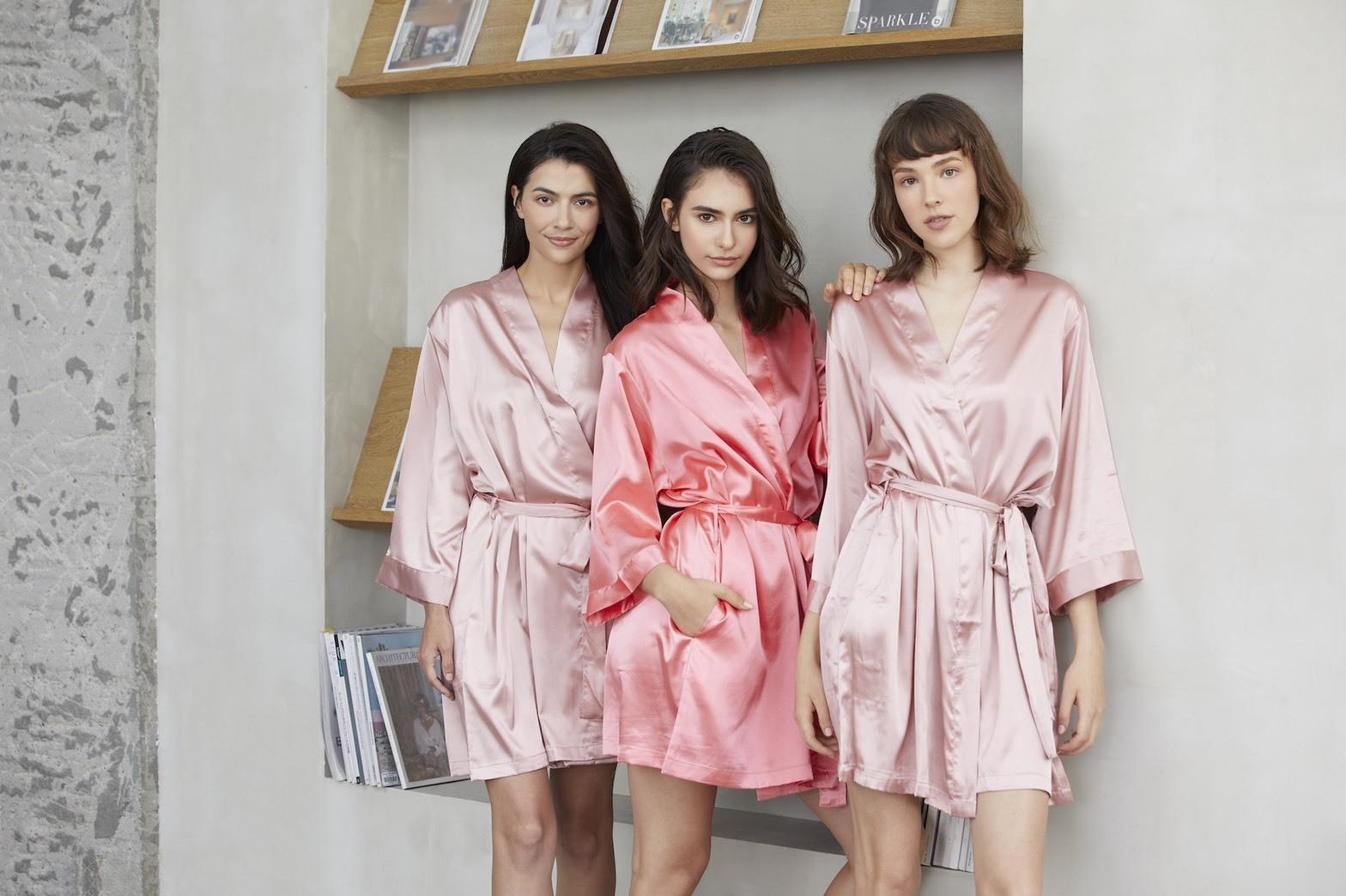 三個模特兒穿著粉色系的客製化浴袍