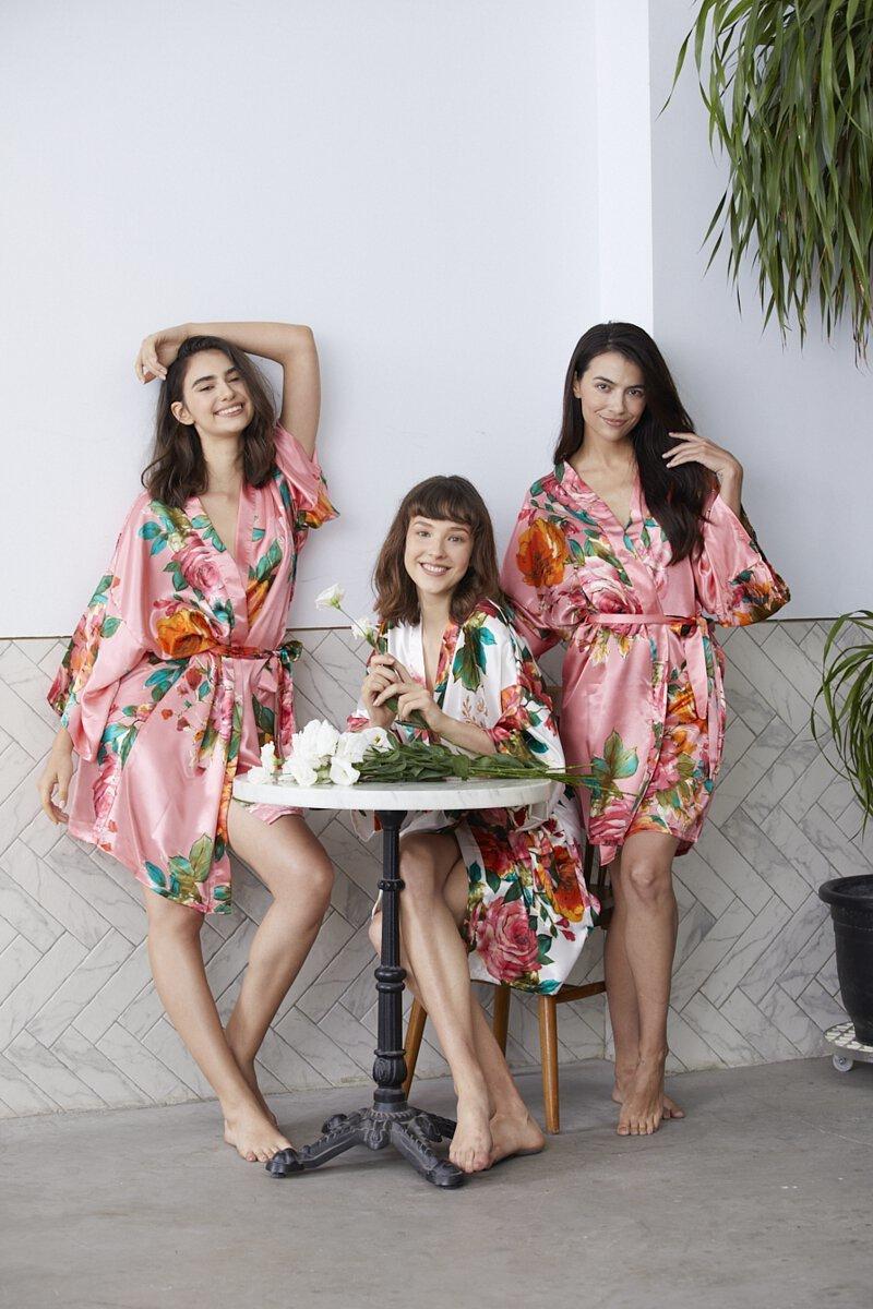 三個模特兒穿著花色系的客製化浴袍