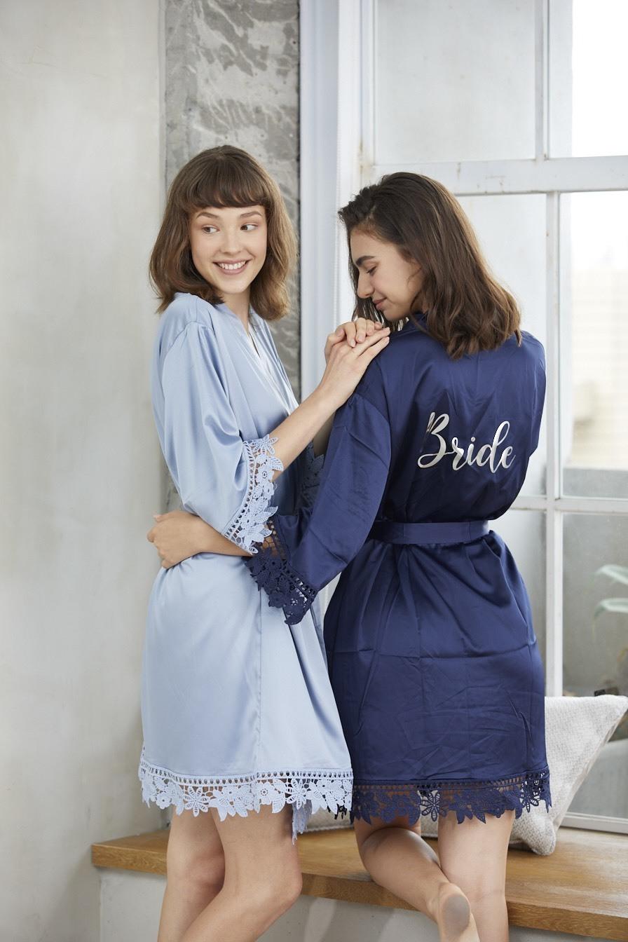 兩個模特兒穿著藍色系的客製化浴袍