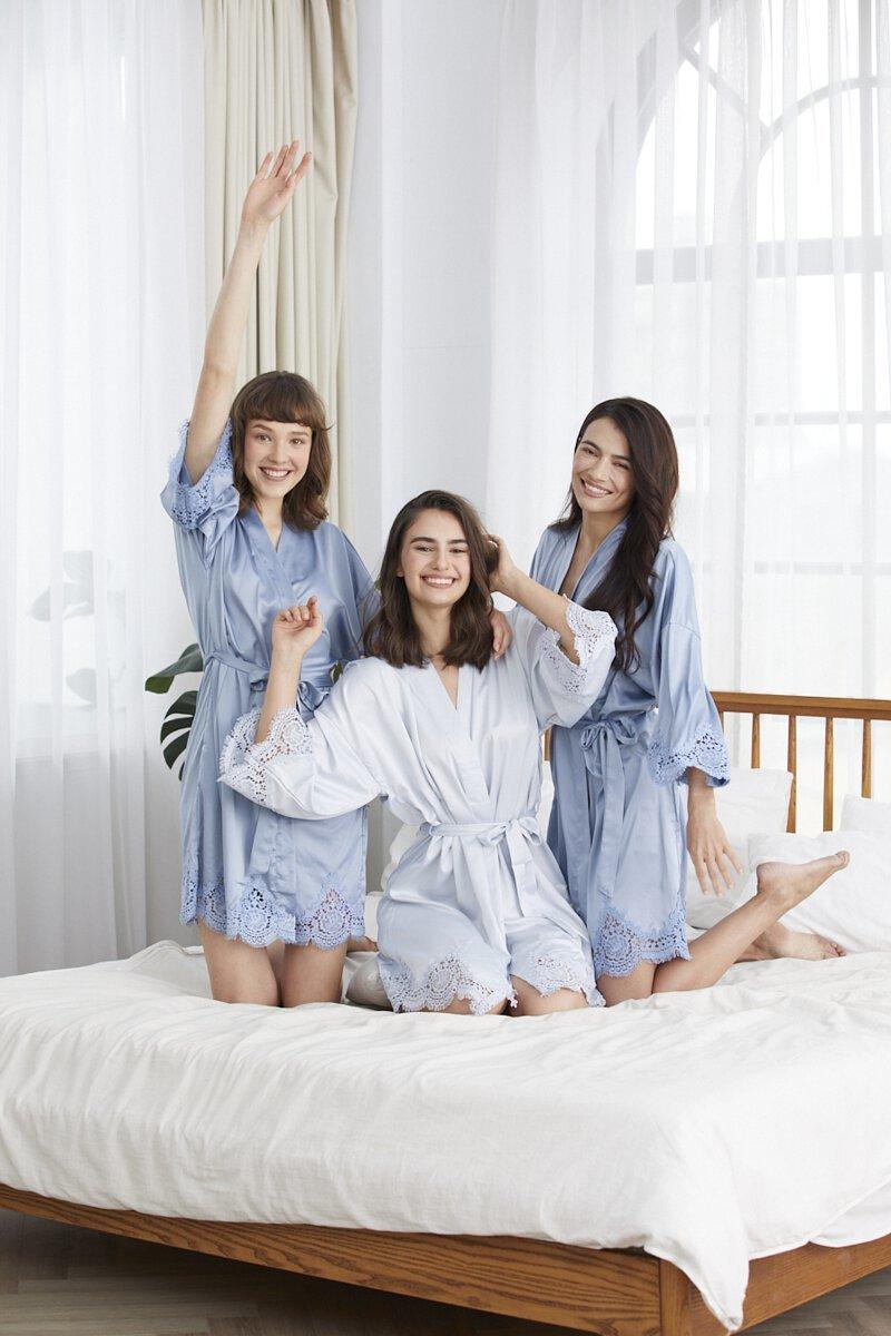 三個模特兒穿著藍白色系的客製化浴袍