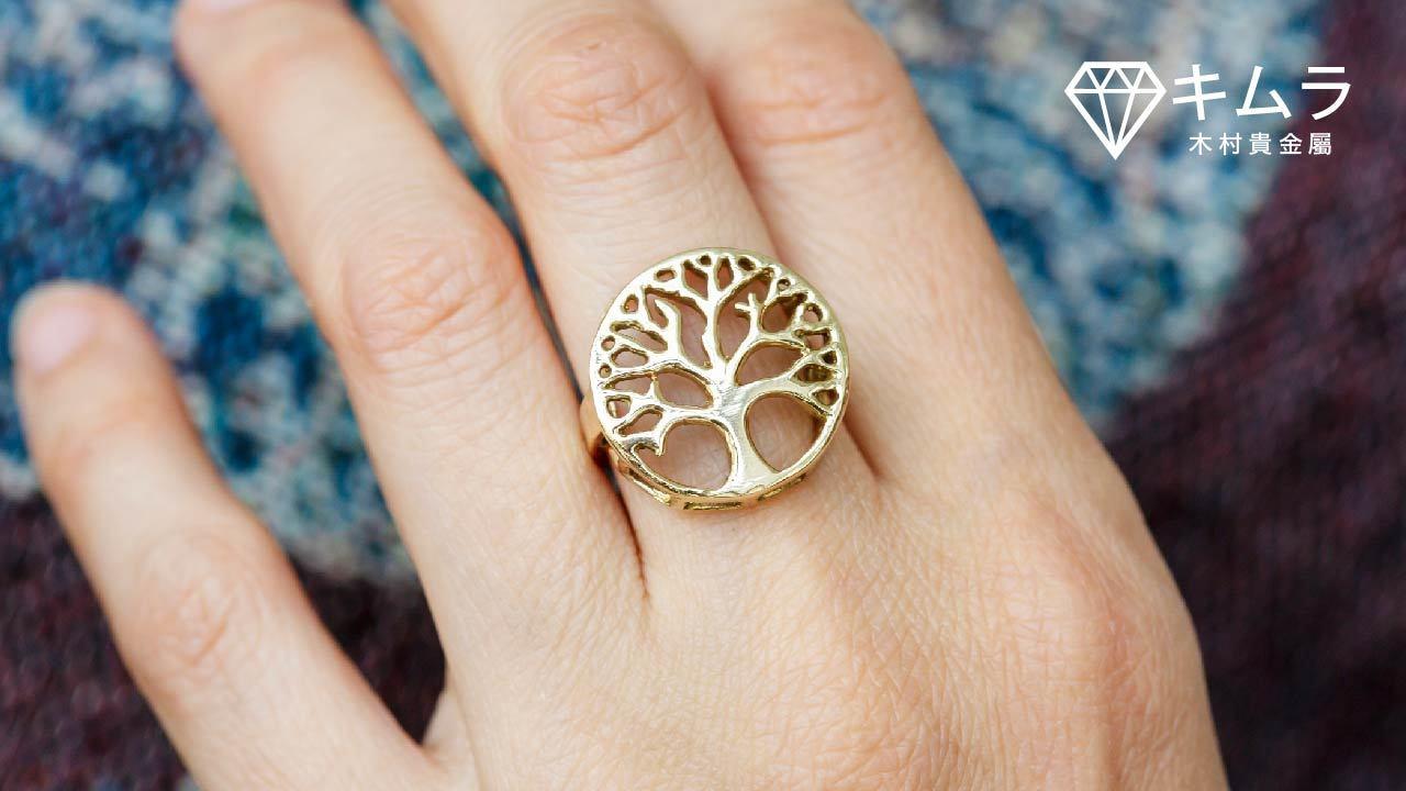 金色橡樹戒指象徵穩重的自由,有種低調奢華的魅力。