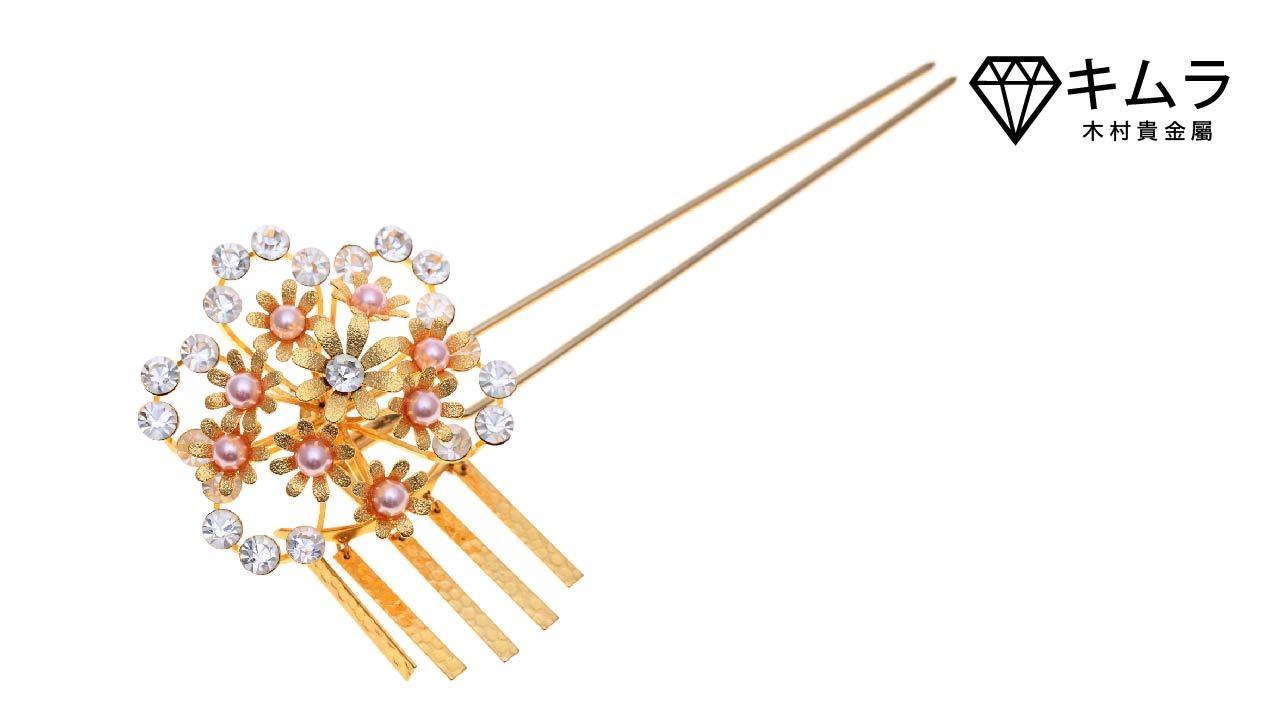 繁花圍繞設計,透出典雅韻味的金色髮簪,就像永不凋零的情感。