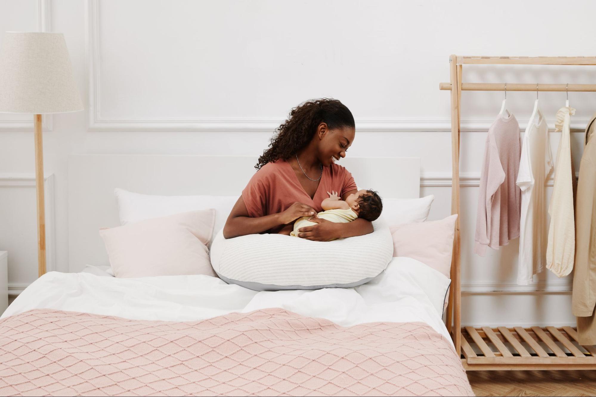 月亮枕孕婦枕可讓寶寶躺著使用