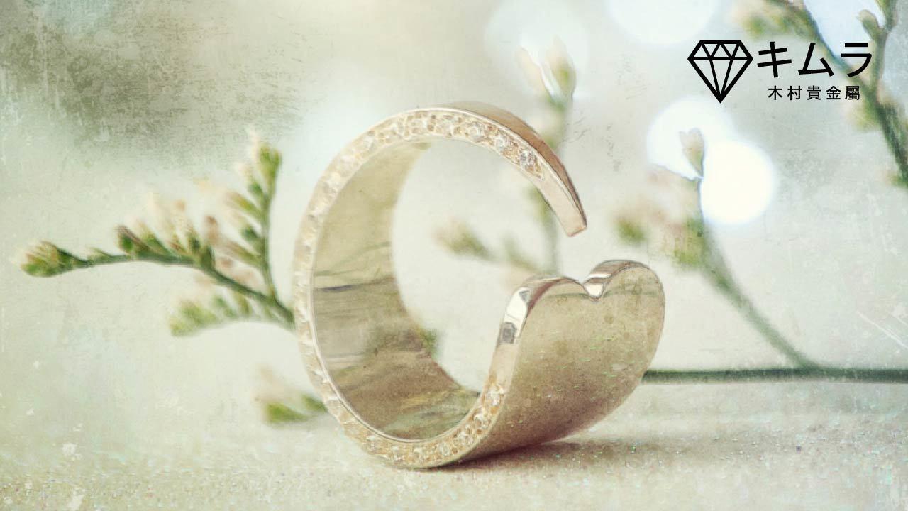 開口式戒指呈 C 字型,戒環保留一個缺口以微調戒圍