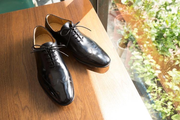 紳士鞋的鞋帶做上蠟的處理提升光澤感