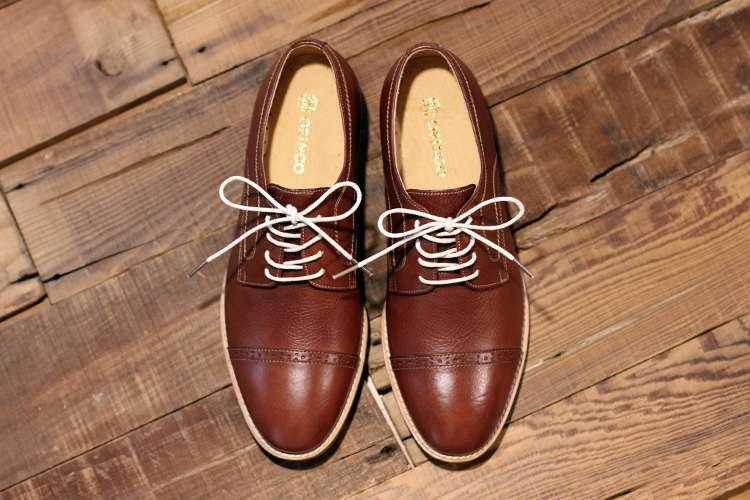 德比鞋的使用的交叉鞋帶綁法
