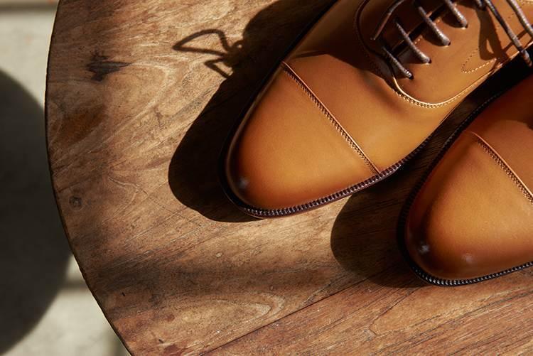 特寫蜜糖棕鵝頸橫飾皮底牛津鞋的鞋頭橫飾設計