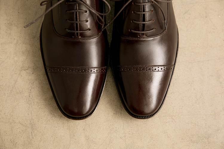 特寫1/4橫飾雕花牛津鞋的鞋頭沖孔與鋸齒設計