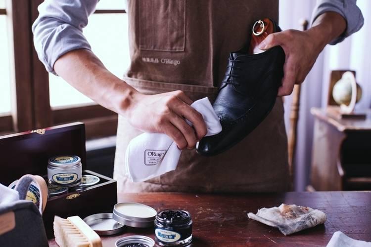 皮鞋保養步驟二、將棉布沾取適量相似色或無色的皮革滋養乳塗抹於皮革上