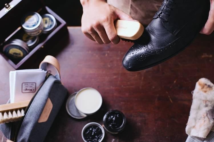 皮鞋保養步驟三、使用鬃毛櫸木鞋刷沾取無色亮光蠟,以畫圓方式將鞋拋亮