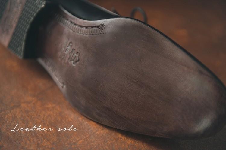 特寫紳士鞋的皮革大底細節