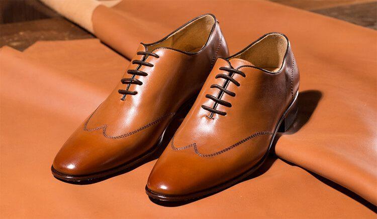 淺棕色wholecut牛津鞋放在皮料上