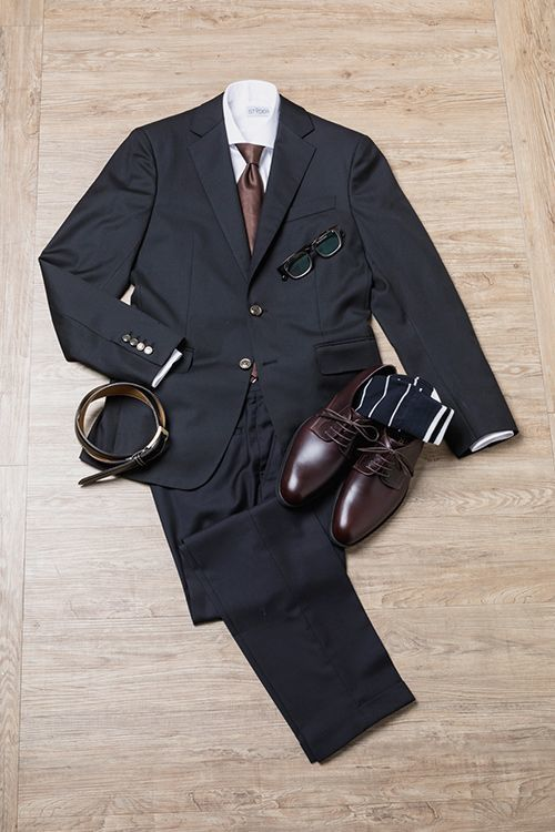 黑色西裝與咖啡色皮鞋搭配