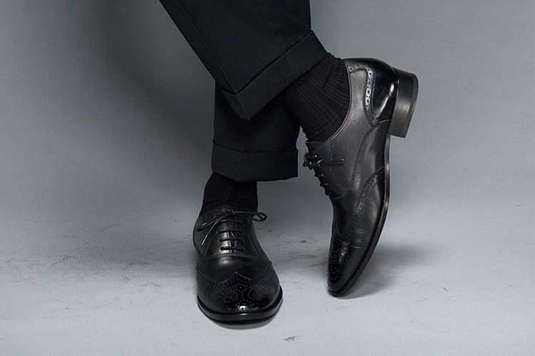 黑色西裝搭配3/4雕花鋸齒翼紋牛津鞋