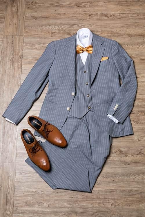 灰色西裝與咖啡色皮鞋搭配