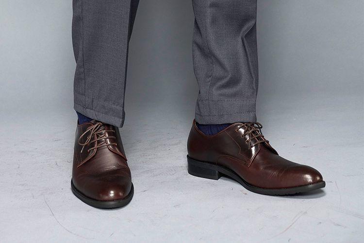 灰色西裝搭配咖啡色基本德皮鞋