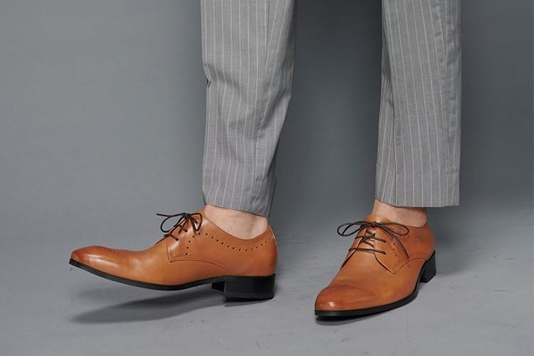 淺灰色西裝搭配V-Front弧線雕花德比皮鞋