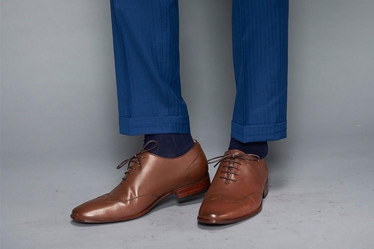 深藍色西裝搭配咖啡色whole-cut翼紋縫線牛津鞋