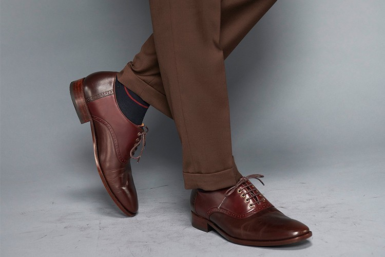 深咖啡色西裝搭配鞍部牛津鞋