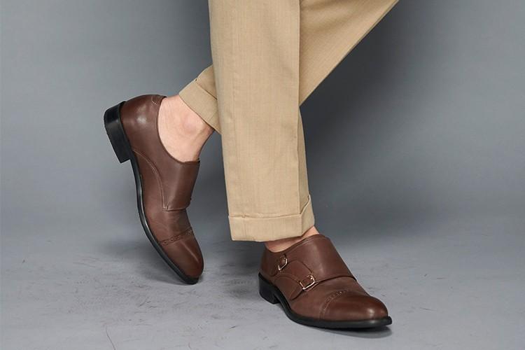 卡其色西裝褲搭配橫飾雕孔雙扣孟克鞋