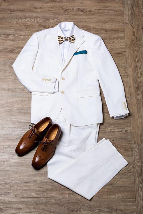 白色西裝與咖啡色皮鞋搭配
