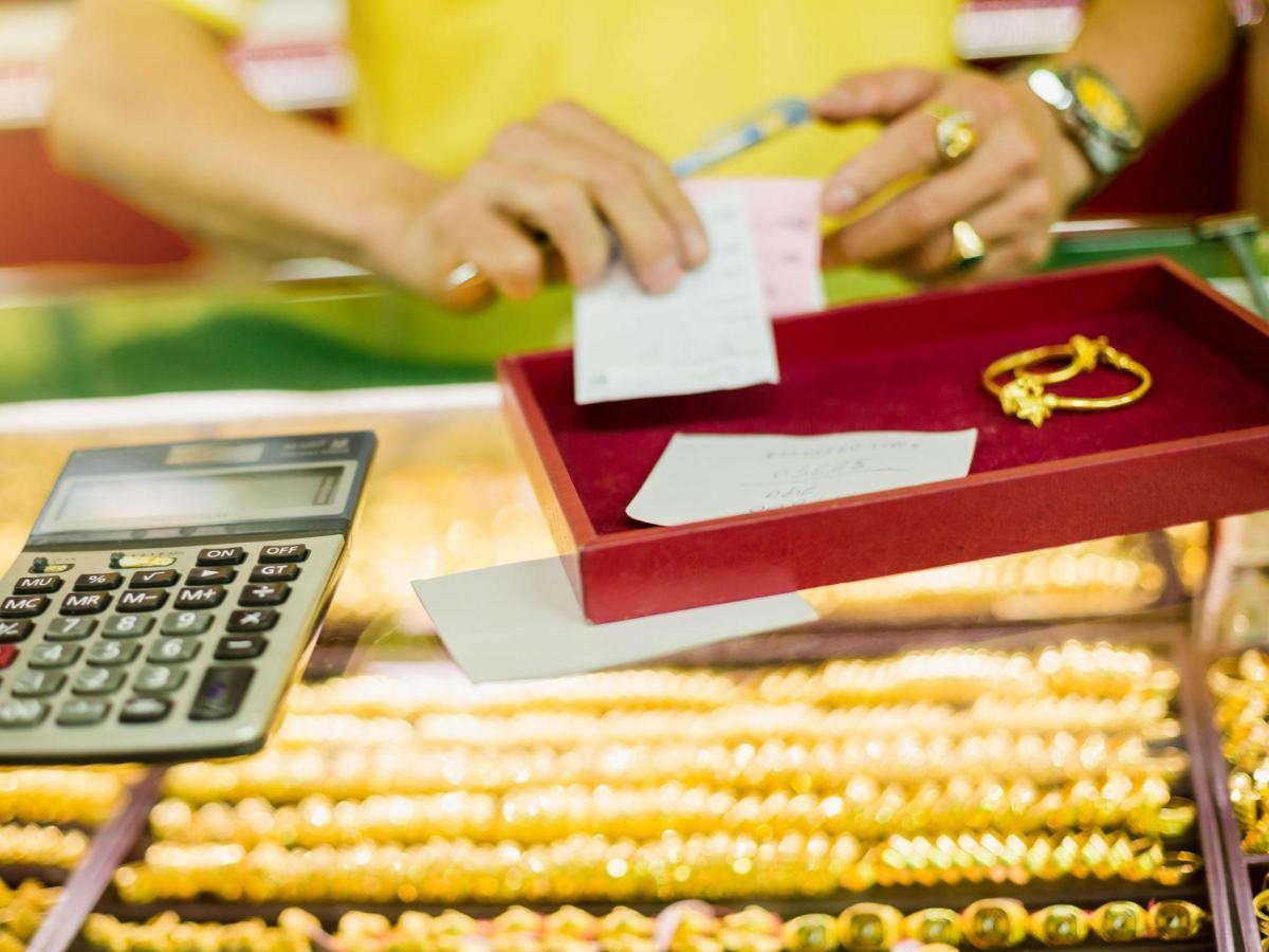 購買金飾隨盒附有蓋上店章的保證書是第一關,保護自己不受騙