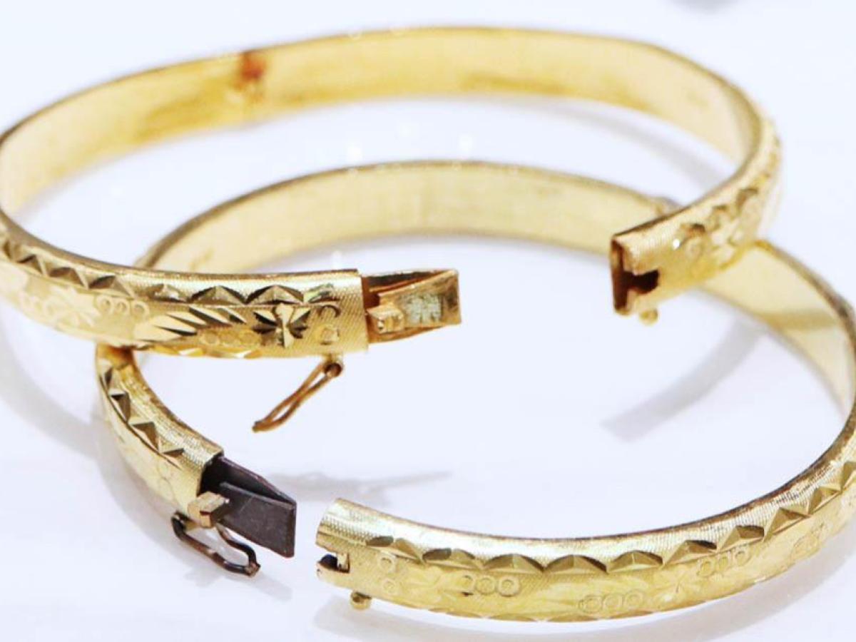 金手鐲扣環考量到耐用度,通常不是純金材質,被火燒過會變黑