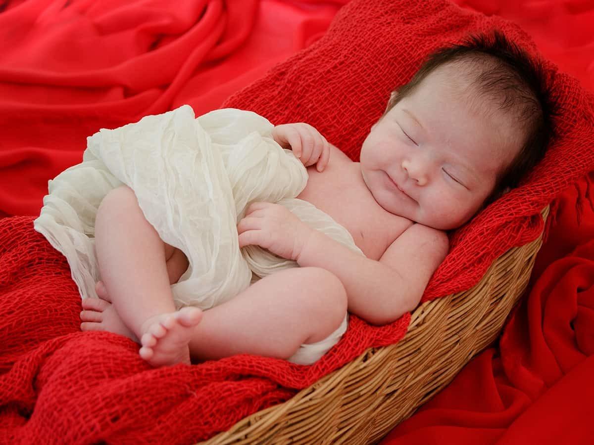 剛出生的彌月寶寶,戴上彌月金飾祝福,乘載平安長大的承諾。