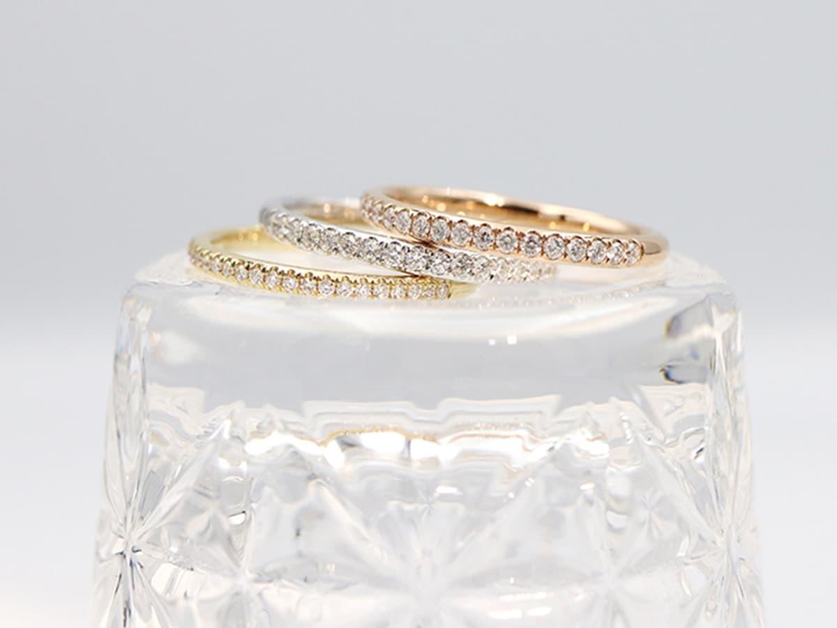 純18K金的鑽石線戒指,寓意新人的永浴愛河,如鑽石般的永垂不朽。