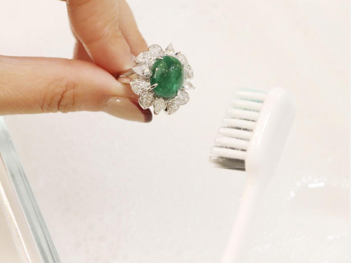 牙刷、牙膏可去除銀飾表面的氧化物