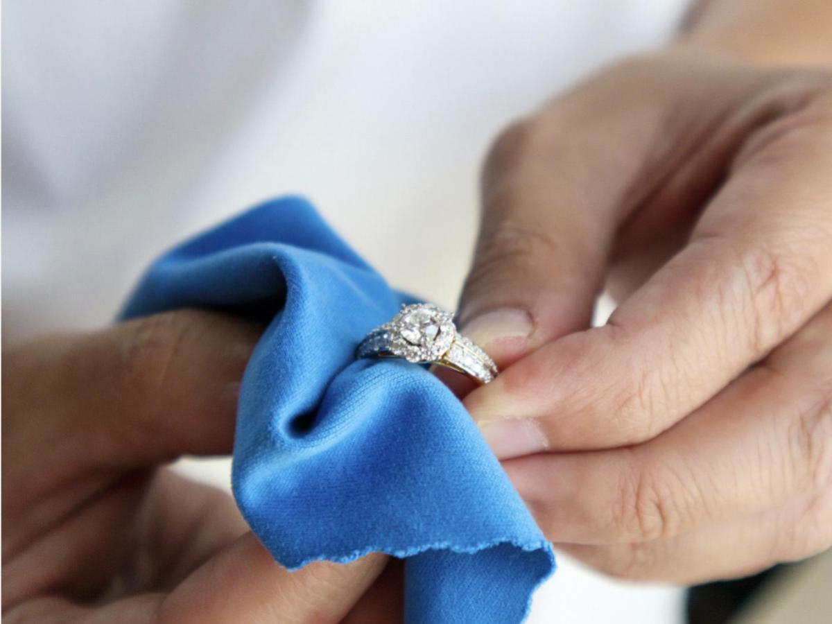 用拭銀布只需短短幾秒,就能完成銀飾拋光保養