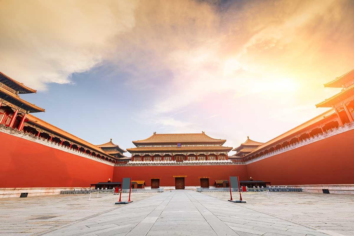 黃瓦紅牆是清代宮廷「紫禁城」的色彩標誌,在民間信仰中心廟寺也常見這樣的建築配色