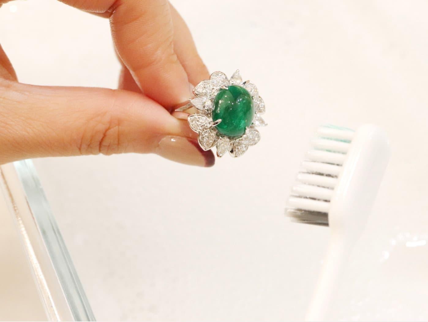 用軟毛刷輕刷飾品表面,清除污垢。