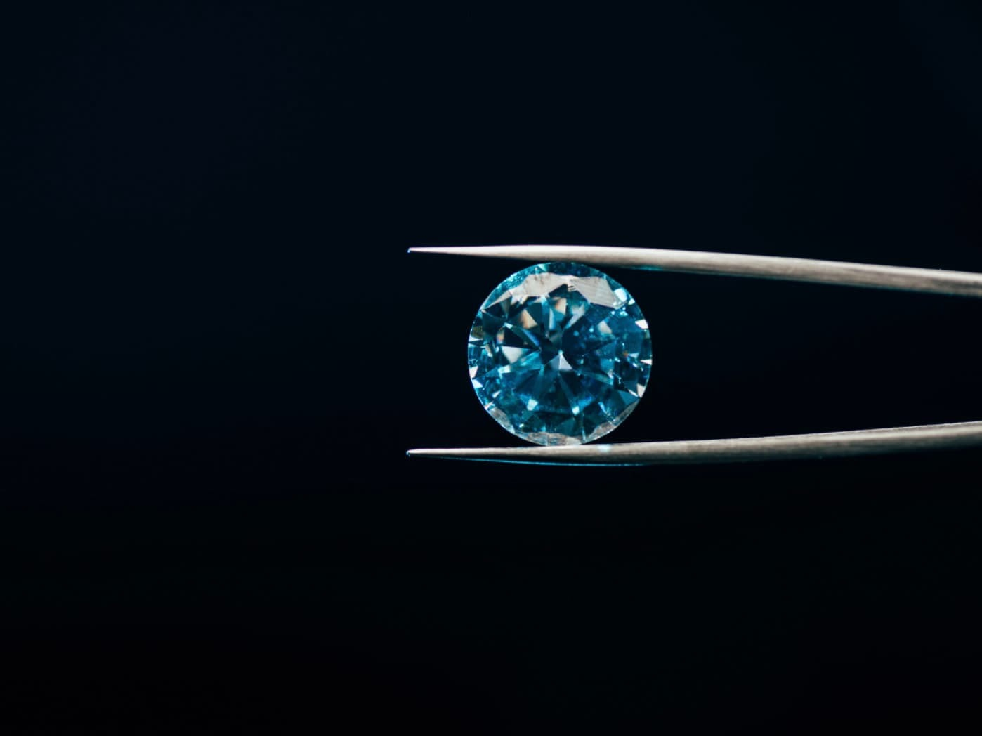 鑽石有如彩虹光譜的顏色,又稱彩鑽,顏色越深,價值越珍貴。