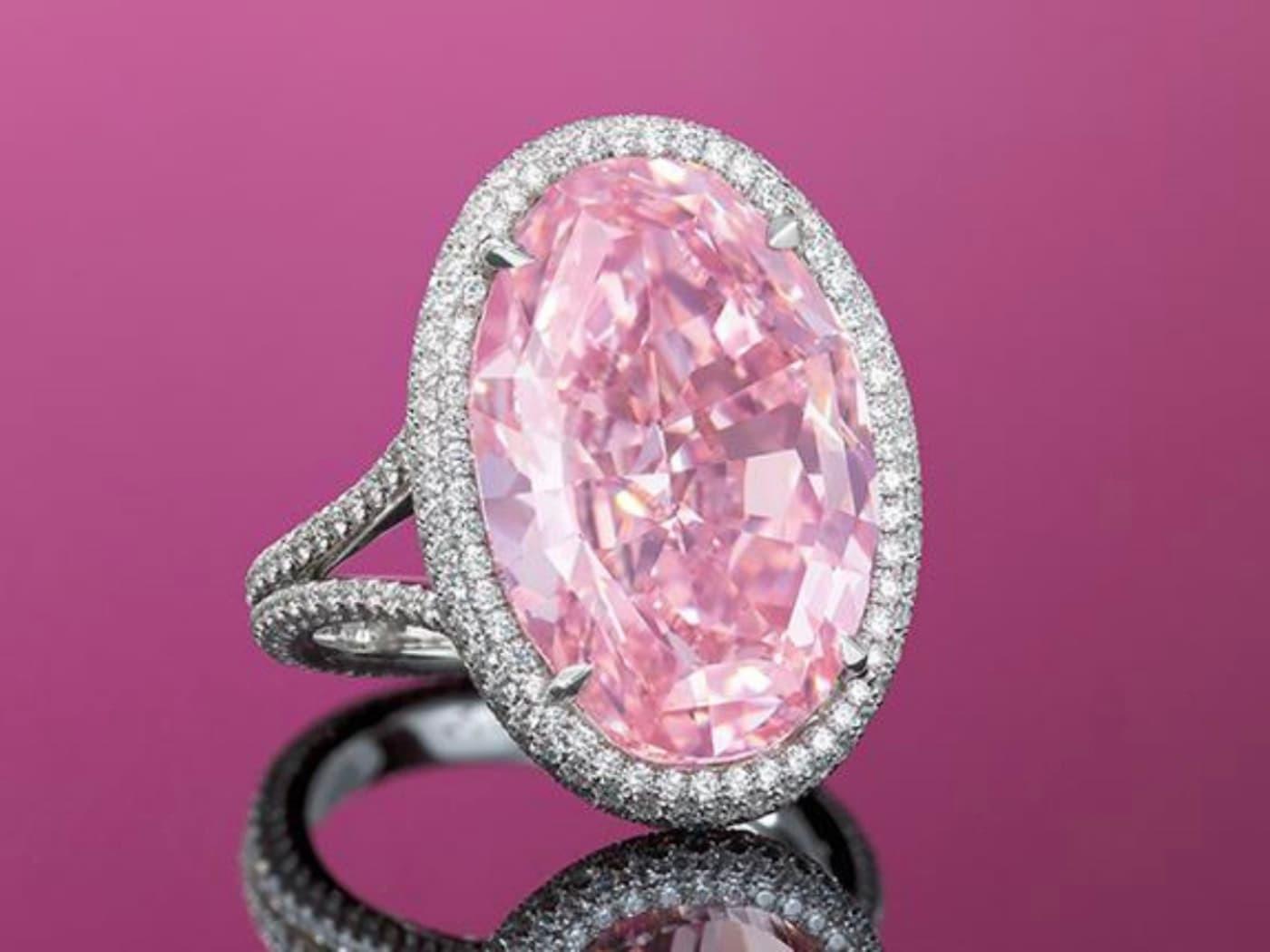 2017年香港佳士得拍出14.93克拉VV1等級粉紅鑽戒,得標價32,480,500美元。
