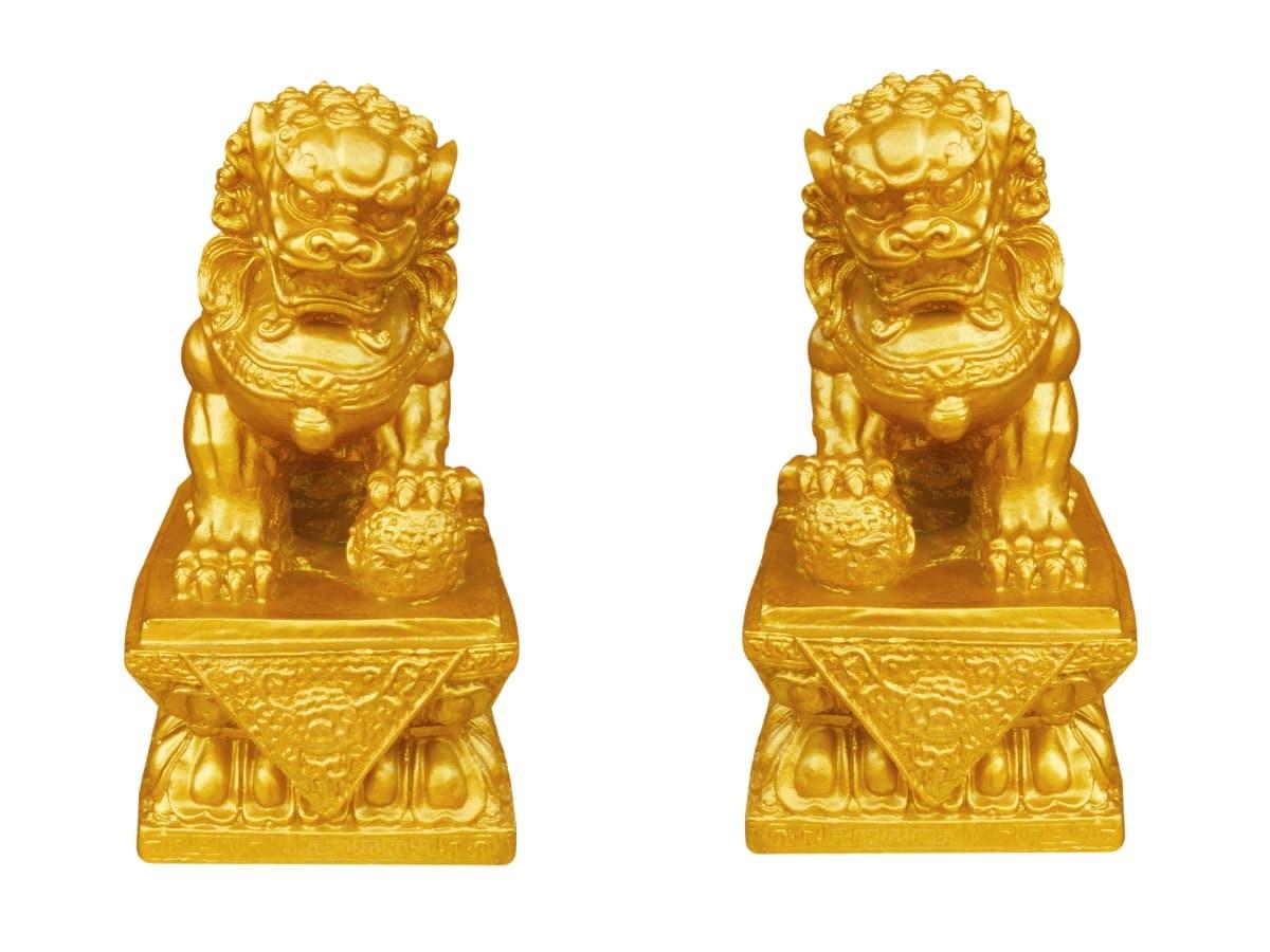 石獅子金飾有避邪、保平安的寓意。