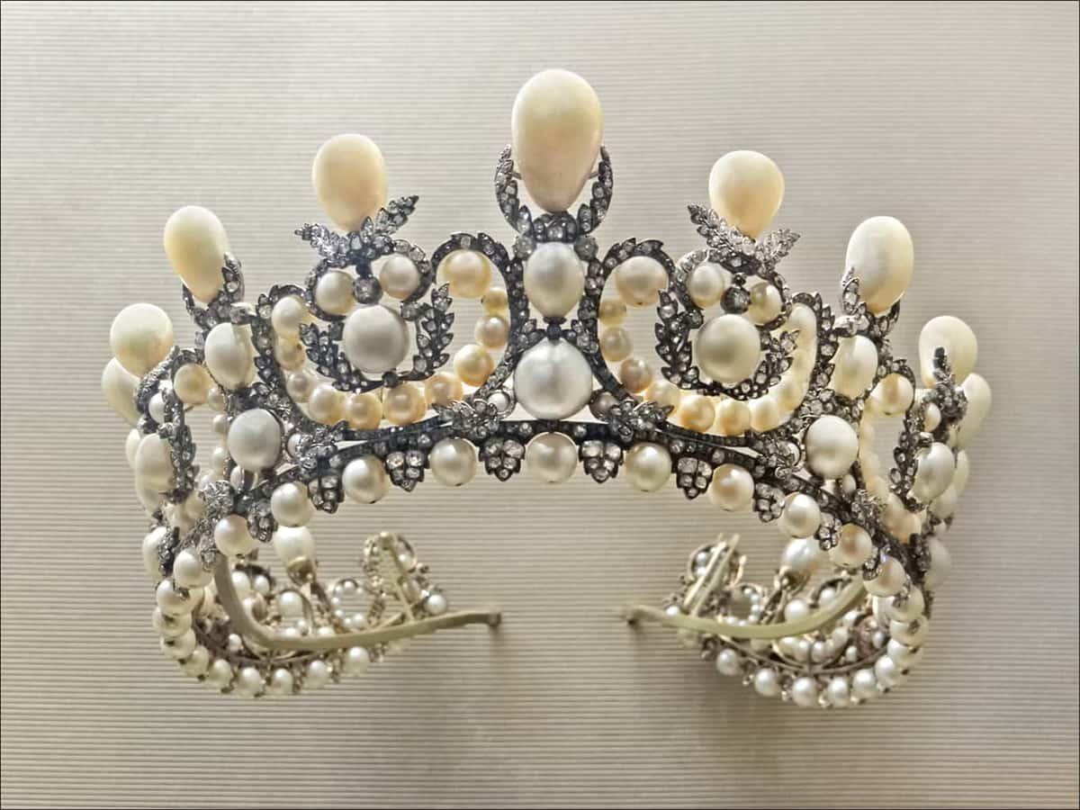 拿破崙三世的妻子歐珍妮皇后的珍珠皇冠,使用正圓形和水滴形的珍珠點綴。