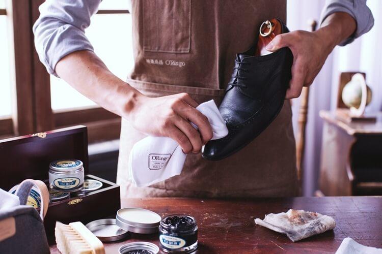 棉布沾取蜜蠟均勻地塗抹在鞋面