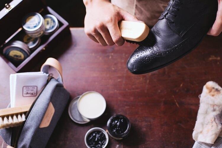 使用馬毛刷拋光鞋面